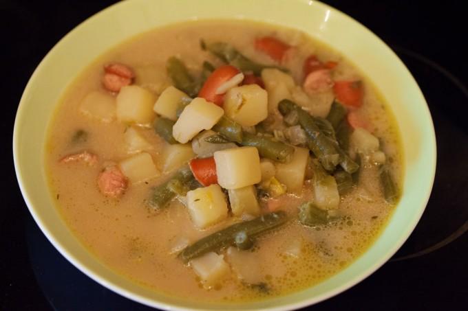 Grüne Bohnensuppe - Schnippelbohnensuppe mit Würstchen.
