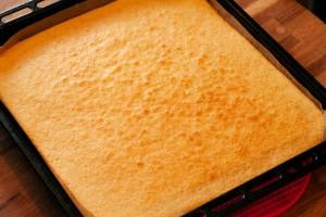 Grundlage für den Butterkuchen bildet ein vorgebackener Rührteig.
