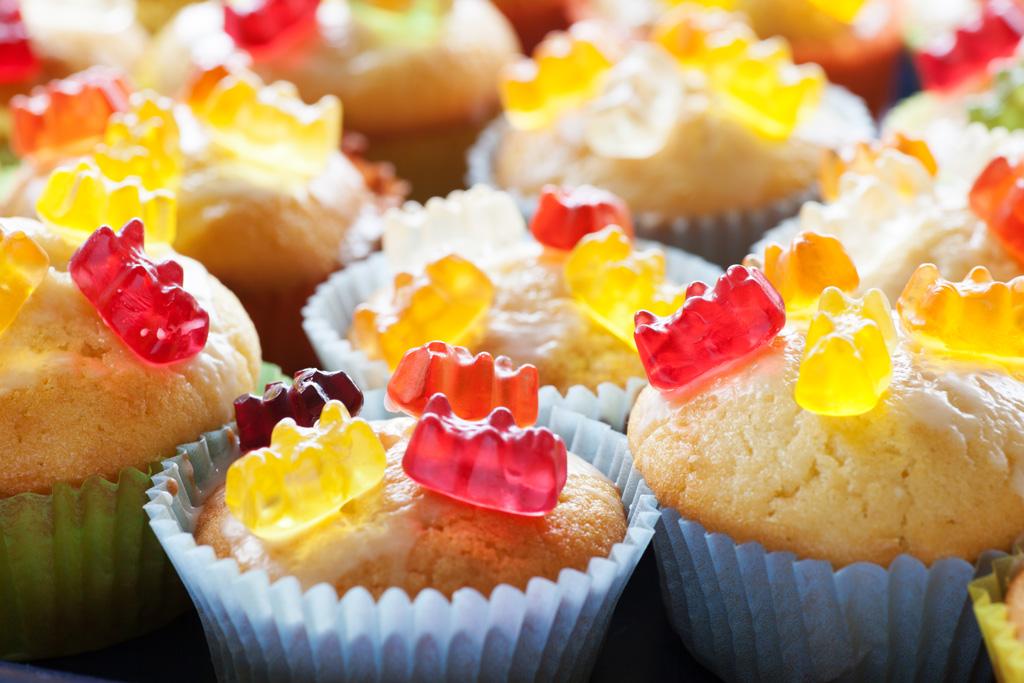 Gummibärchen Muffins fertig dekoriert.
