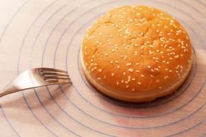 Hamburgerbrötchen gibt es in verschiedenen Größen. Die Buletten sollten etwa 1 cm größer sein.
