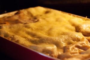 Im Ofen bei 180°C für 30 Minuten backen, der Käse sollte leicht braun werden.