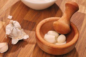 In klassisch türkischer Art wird der Knoblauch im Mörser mit einem Teelöffel Salz püriert.