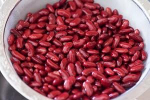 Kidneybohnen aus der Dose werden vor der Verwendung mit kaltem Wasser abgespült.