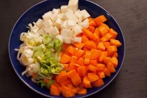 Kleingeschnittenes Suppengemüse: Möhren, Lauch, Sellerie für Rote-Bete-Suppe vegetarisch.