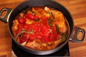 Knoblauch, Tomaten und Kräuter dazugeben.