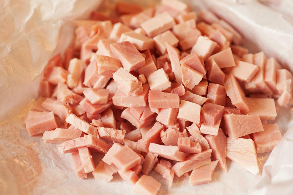 Kochschinken in kleine Stücke geschnitten für Gurkengemüse.