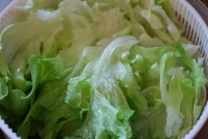 Kopfsalat gründlich waschen und danach in die Salatschleuder geben.