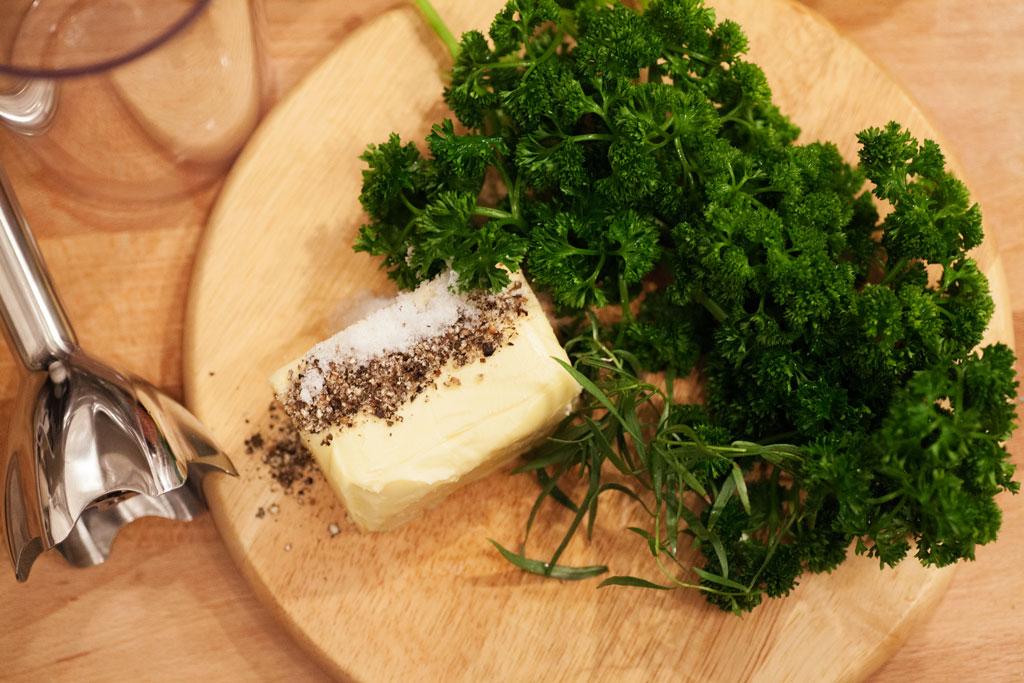 Kräuter, Butter, Salz und Pfeffer werden mit einem Stabmixer gründlich vermengt.