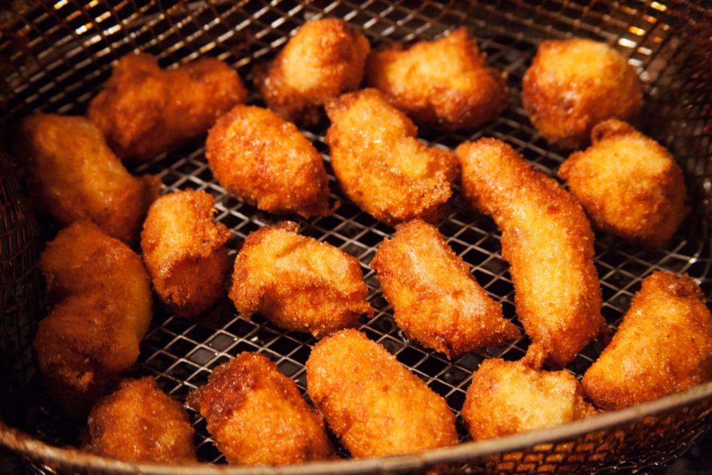 Kroketten mit Hühnchenfleisch werden frittiert.