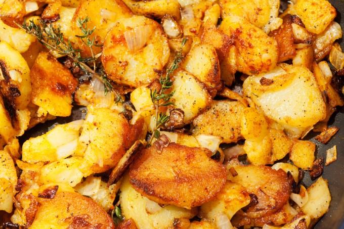 Kross gebratene Bratkartoffeln mit Zwiebeln und frischem Thymian.