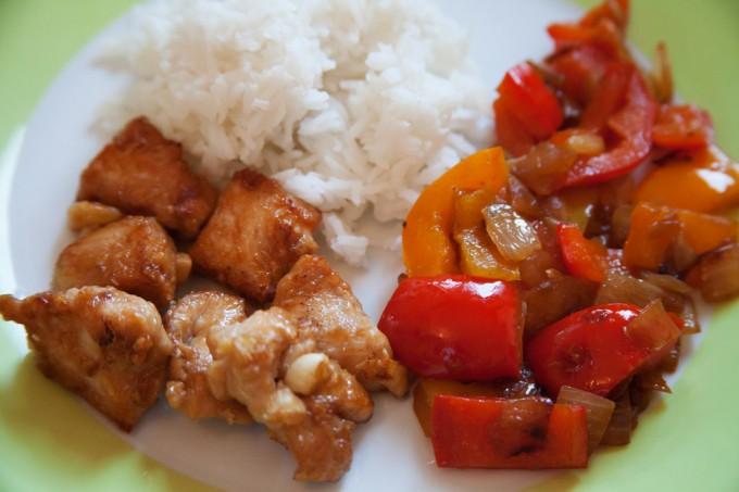 Kross gebratenes Hühnchenfleisch asiatisch gewürzt mit Paprika-Zwiebel-Gemüse.