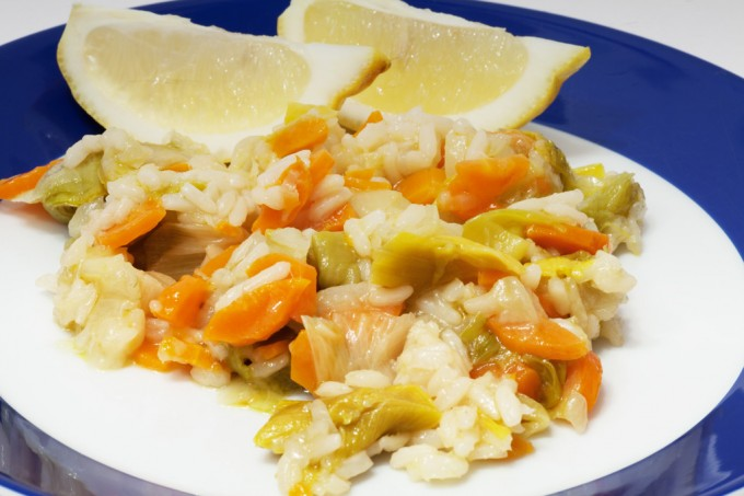 Pirasa Lauchgemüse mit frischen Zitronen serviert