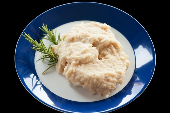 Mus aus weißen Bohnen mit Rosmarin und Chili.
