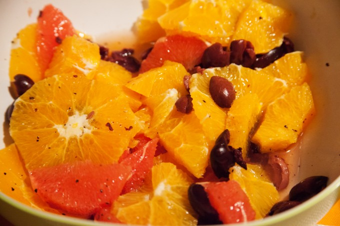 Orangensalat Grapefruitsalat mit schwarzen Oliven.