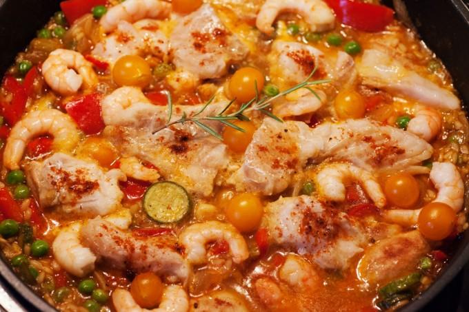 Paella Rezept mit Hühnchen, Fisch und Garnelen.