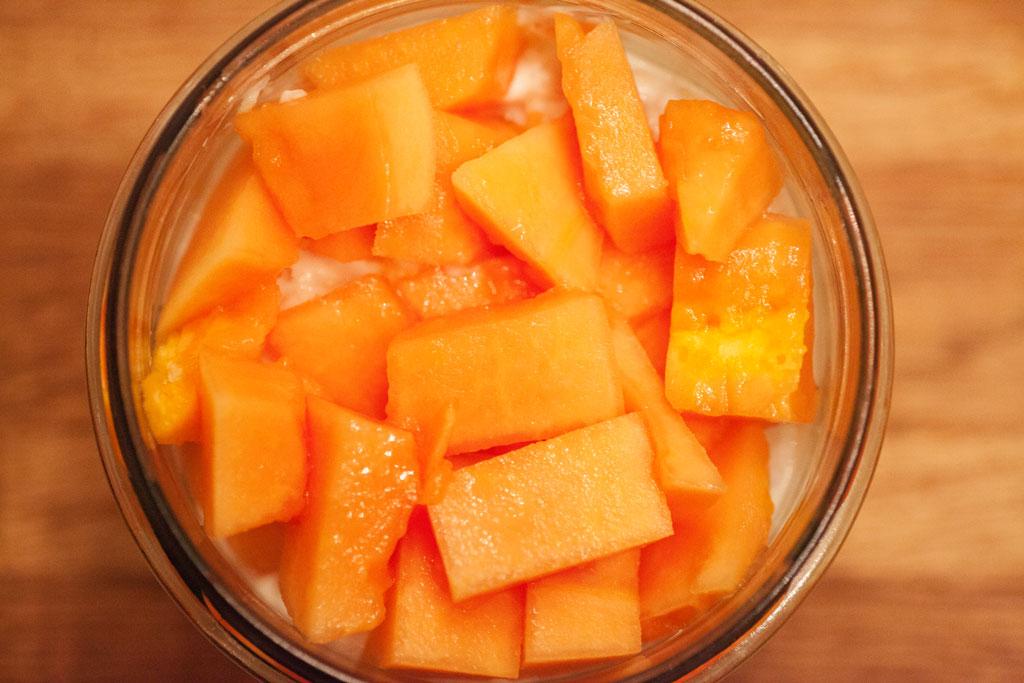 Papaya eignet sich sehr gut für Overnight Oats, da sie ein tolles Aroma hat und nicht braun wird.