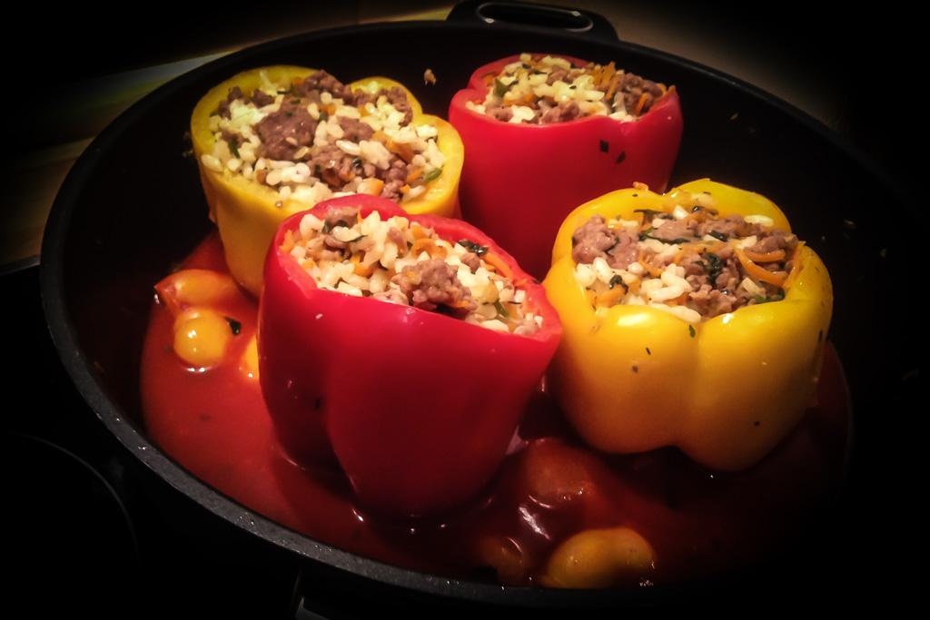 Gebackene gefüllte Paprika mit Cajungewürzen aus dem Ofen.
