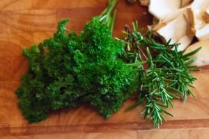 Petersilie und frischer Rosmarin runden den Geschmack der Kräuterseitlinge ab.