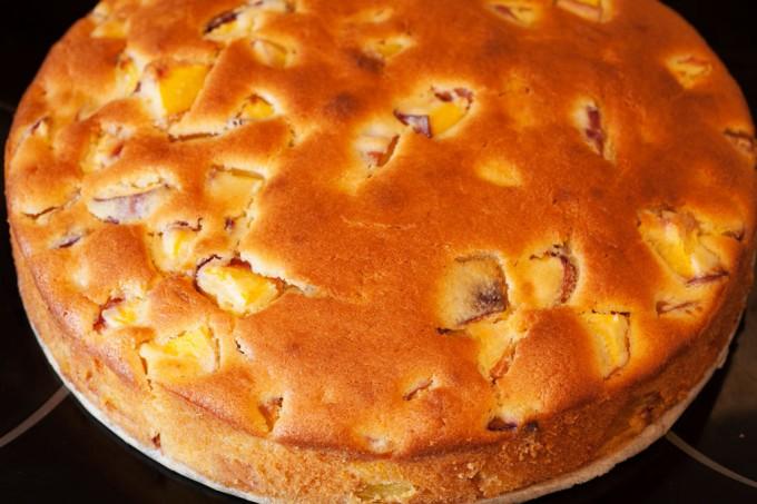 Pfirsichkuchen aus Rührteig mit frischen Pfirsichen.