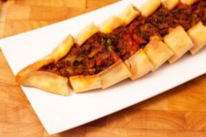 Pide mit Hackfleisch türkisches Rezept.