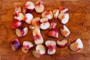 Reife Pfirsiche werden entkernt und in Viertel geschnitten.