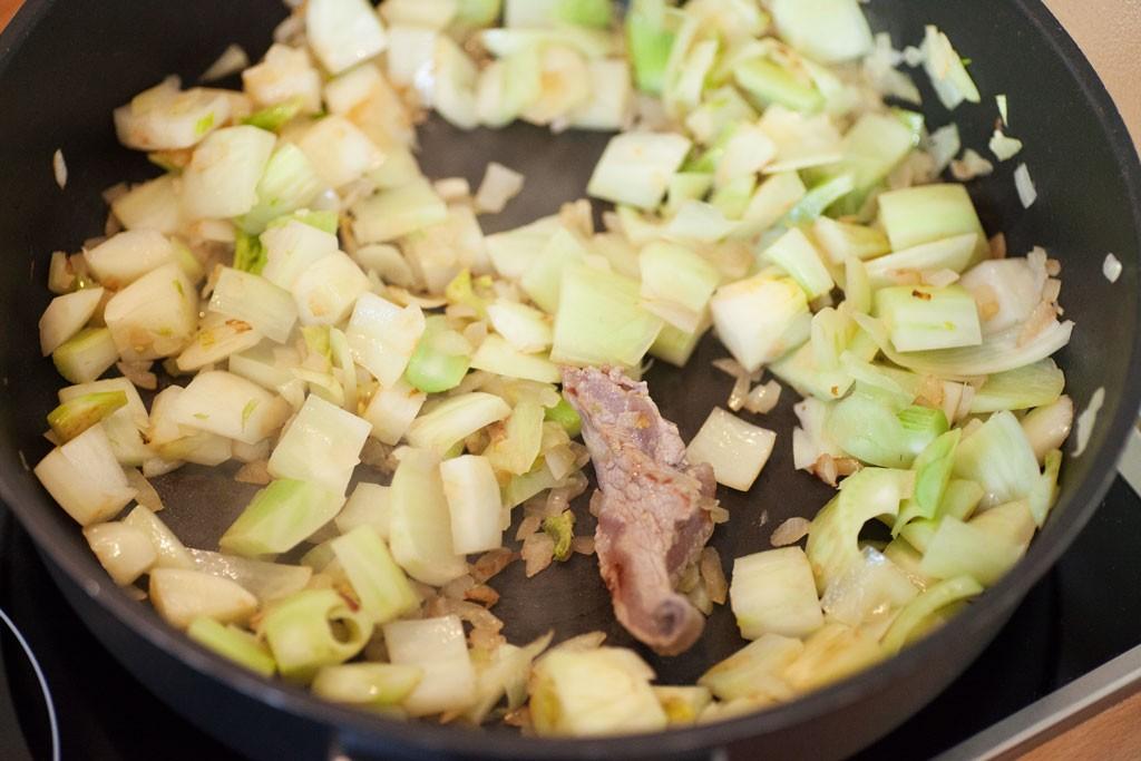 Rindfleischstücke mit viel Fett oder Sehnen werden für das Aroma mitgebraten und vor dem Servieren herausgesammelt.