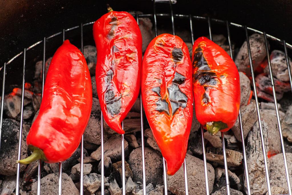 Rote Spitzpaprika vom Grill, die verbrannte Schale stört nicht, da die Paprika danach geschält wird.