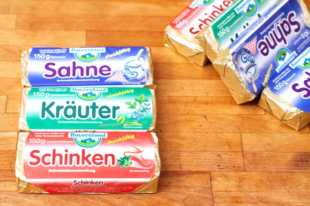 Sahneschmelzkäse Kräuterschmelzkäse und Schinkenschmelzkäse für eine Lauch-Käsesuppe. Andere Marken können natürlich auch verwendet werden.
