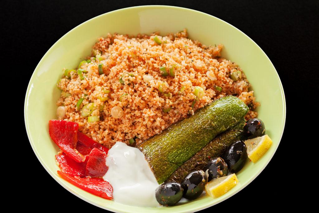 Salat aus feinem Bulgur mit frischer Petersilie und Gewürzen - Kisir serviert mit weiteren Vorspeisen.