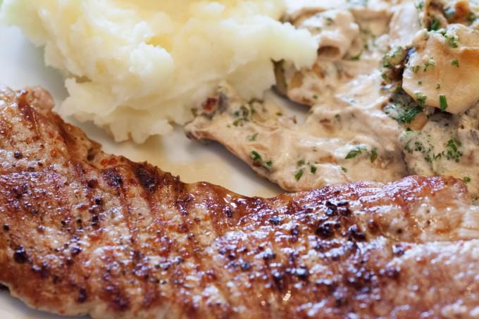 Schweineschnitzel mit Kräuterseitlingen und selbstgemachtem Kartoffelpüree.