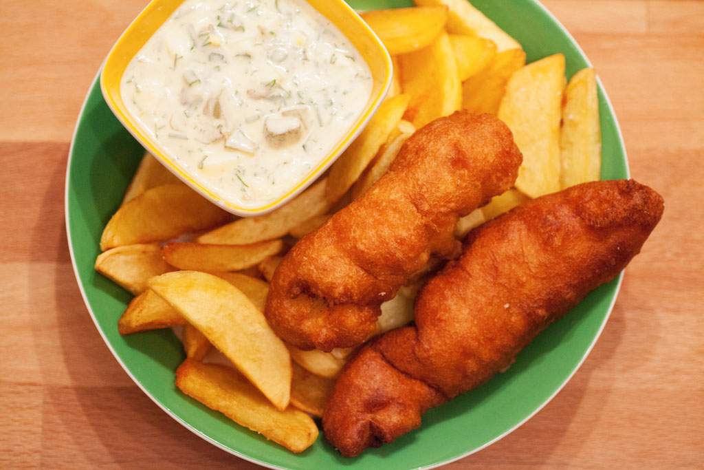 Selbstgemachte Fish and Chips mit Sauce Tartare.