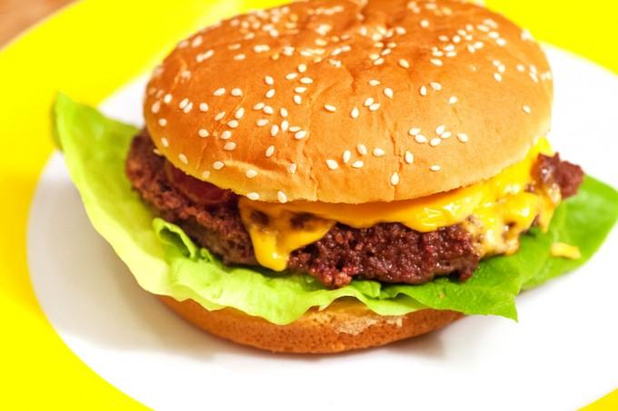 Selbstgemachte Hamburger und Cheeseburger mit Hamburger-Buletten aus Rindfleisch