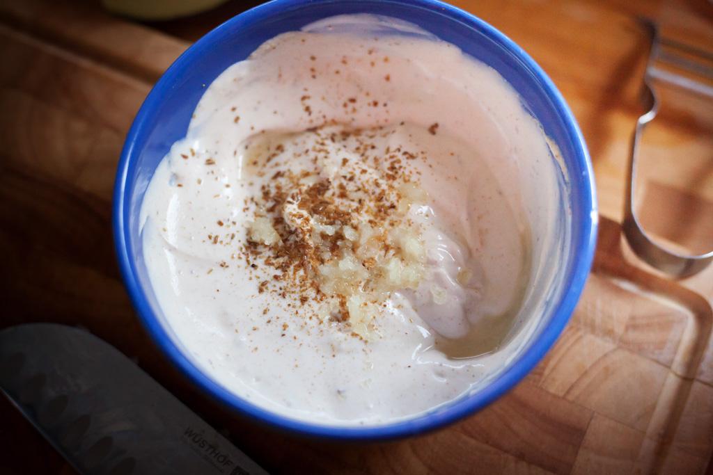 Sesam-Joghurt-Dip für gebratene Zucchini.