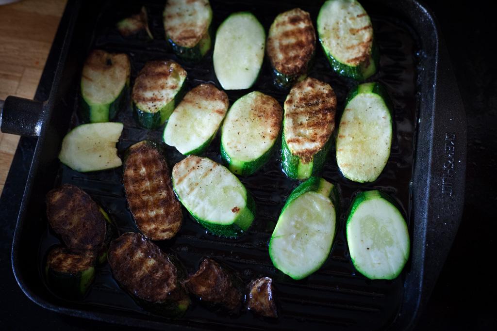 Skeppshult Gusseisen Grillpfanne mit gebratenen Zucchinischeiben. Eine mittlere Temperatur reicht zum Braten vollkommen aus.