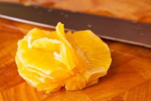 Sobald die Filets aus der Orange herausgelöst sind, wird der Rest ausgepresst.