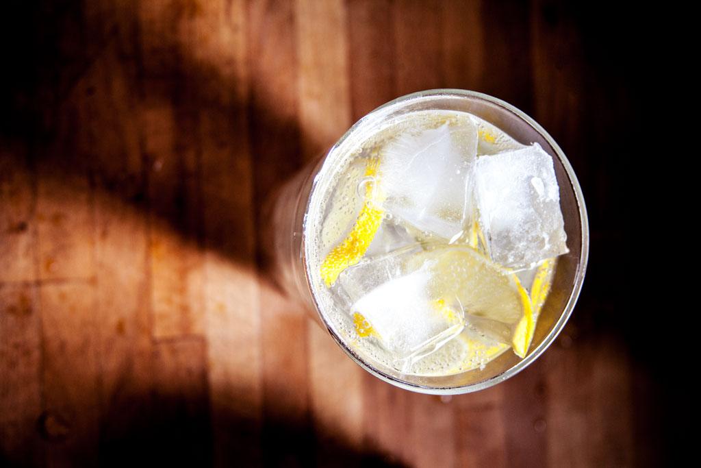 Sodawasser mit Zitronenscheiben und Eiswürfeln.