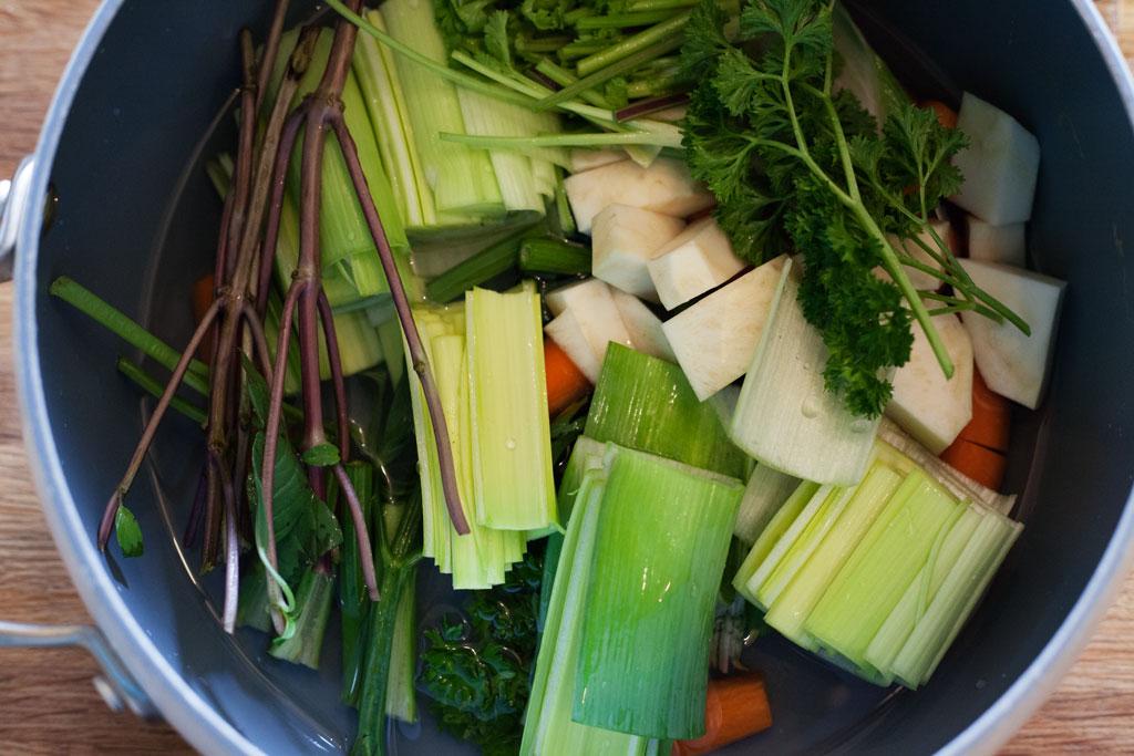 Stiele von Kräutern können mitgekocht werden und geben zusätzliches Aroma für die Hühnerbrühe.