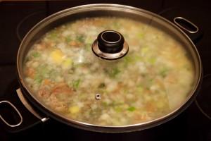 Thüringer-Mett-Suppe wird in einem Topf mit Deckel für 30 Min. gekocht.