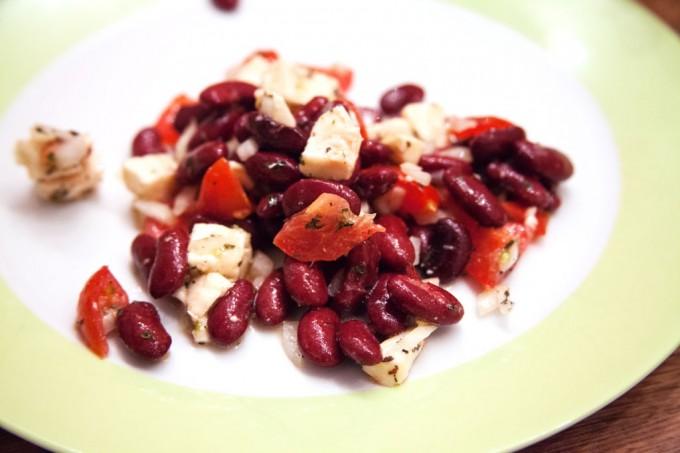 Tomaten-Mozzarella-Salat mit Kidneybohnen und Minze