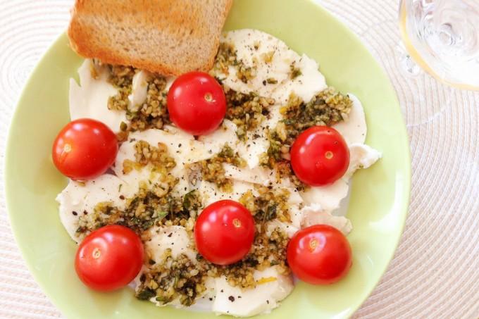 Tomaten und Mozzarella mit Pinienkernen und Basilikum.