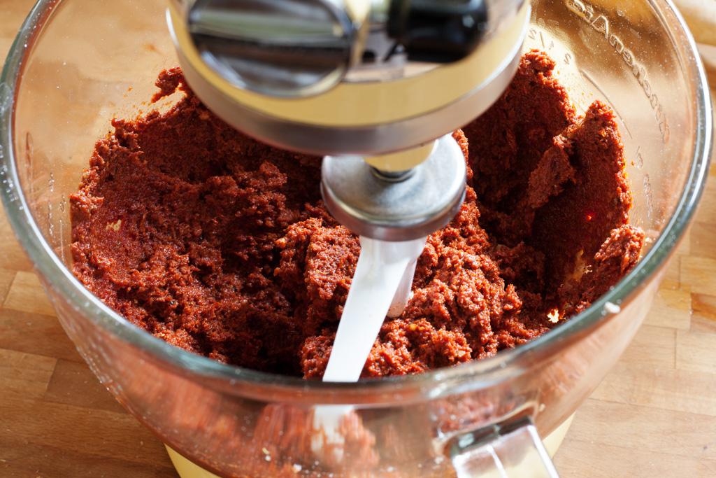 Türkische Gewürzpaste Tarator wird in einer KitchenAid-Küchenmaschine vermengt.