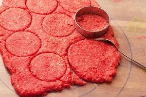 Um die Hamburger-Buletten zu formen gibt es viele Möglichkeiten: hier zu sehen ein Ausstecher und eine Gabel.