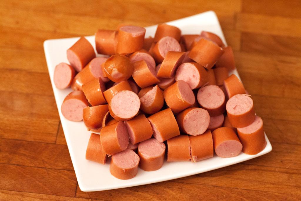 Wiener Würstchen werden in 1 cm lange Stücke geschnitten und bereitgestellt.