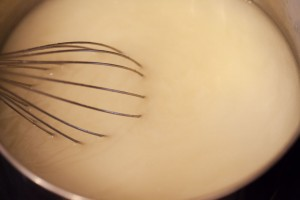 Wird kalte Flüssigkeit an die Mehlschwitze gegossen entstehen keine Klumpen.