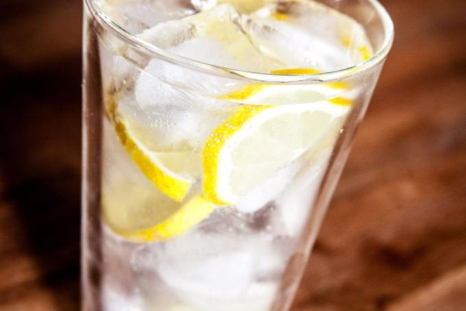 Zitronenwasser mit Eiswürfeln.