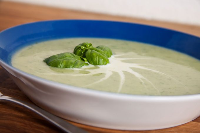 Zucchinicremesuppe mit Basilikum.