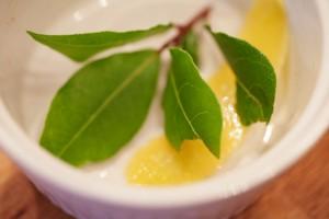 Zum Würzen des Kalbsragouts nehme ich frischen Lorbeer und Zitronenschale.