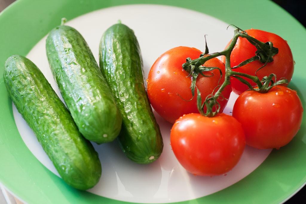 Zum türkischen Frühstück gehören neben Sucuk mit Ei auch frische Gurken und Tomaten.