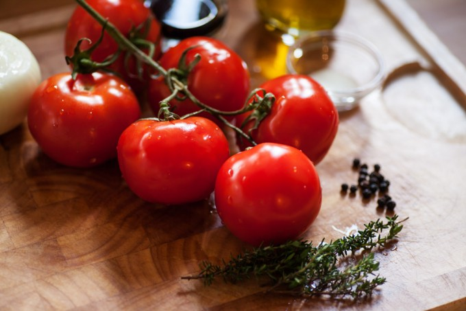 Zutaten: Tomaten an der Rispe, Zwiebel, Thymain und schwarzer Pfeffer.