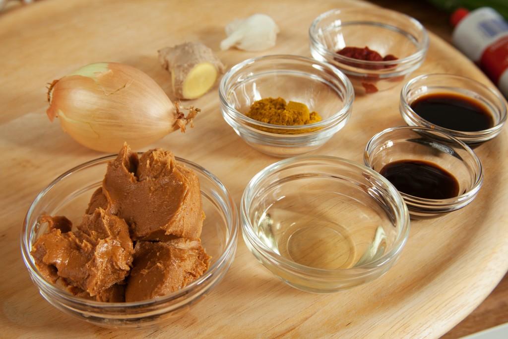 Zutaten für Erdnusssauce als Dip für die Vietnamesische Sommerrolle.